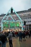Apeldoorn, Países Baixos - 23 de dezembro de 2017: O ` s de 3 DJ do rádio do NPO 3FM é fechado acima na casa do vidro aumentar mo Imagens de Stock