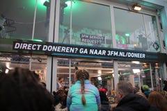 Apeldoorn, Países Baixos - 23 de dezembro de 2017: O ` s de 3 DJ do rádio do NPO 3FM é fechado acima na casa do vidro aumentar mo Imagem de Stock