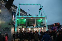 Apeldoorn, Países Baixos - 23 de dezembro de 2017: O ` s de 3 DJ do rádio do NPO 3FM é fechado acima na casa do vidro aumentar mo Imagem de Stock Royalty Free