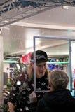 Apeldoorn, Países Bajos - 23 de diciembre de 2017: El ` s de 3 DJ de la radio del NPO 3FM se cierra para arriba en la casa del vi Imagen de archivo libre de regalías
