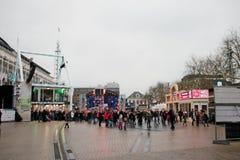 Apeldoorn, Países Bajos - 23 de diciembre de 2017: El ` s de 3 DJ de la radio del NPO 3FM se cierra para arriba en la casa del vi Imagenes de archivo