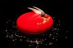 Apelmácese con crema batida de la baya en un esmalte rojo del espejo adornado con el berr Imagenes de archivo