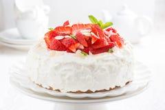 Apelmácese con crema y fresas azotadas en un soporte Fotos de archivo libres de regalías