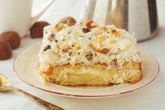 Apelmácese con crema y nueces en la placa blanca Foto de archivo libre de regalías