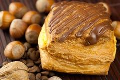 Apelmácese con el chocolate, los granos de café y las tuercas Foto de archivo