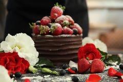 Apelmácese con el chocolate que adorna con la fresa y la frambuesa Imagenes de archivo