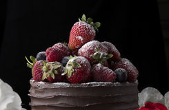 Apelmácese con el chocolate que adorna con la fresa y la frambuesa Foto de archivo libre de regalías