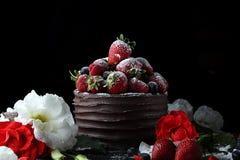 Apelmácese con el chocolate que adorna con la fresa y la frambuesa Imágenes de archivo libres de regalías