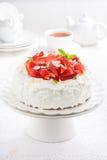 apelmácese con la crema y las fresas azotadas en un soporte, té Foto de archivo libre de regalías