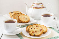 Apelmácese con las pasas, y dos tazas de té fotografía de archivo