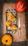 Apelmácese con las semillas de la calabaza, del jarabe y de calabaza en la tabla de madera oscura Imagenes de archivo
