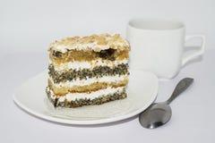 Apelmácese con las semillas y la crema de amapola en una placa blanca Imagen de archivo libre de regalías