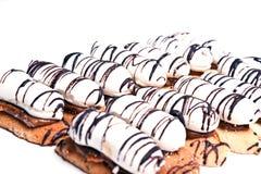 Apelmácese con una crema blanca regada con el chocolate. Fotos de archivo libres de regalías