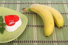 Apelmácese con una puntilla de la menta y de dos plátanos Fotografía de archivo