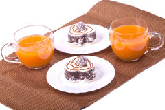 Apelmácese en aislante de las placas y de las tazas del jugo en blanco Foto de archivo libre de regalías