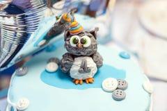 Apelmácese para el primer cumpleaños, número uno y figura del búho hecha del azúcar en el top Fotos de archivo