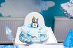 Apelmácese para el primer cumpleaños, número uno y figura del búho hecha del azúcar en el top Imagenes de archivo