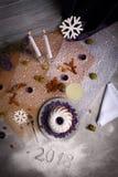 Apelmácese y un cóctel en un fondo festivo de la tabla Vista superior de una cena de la Navidad Año Nuevo 2018 Concepto de la Noc Imagenes de archivo