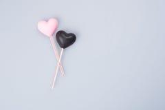 apelmace la decoración o la decoración de la torta de la forma del corazón en un fondo Fotografía de archivo