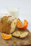 Apelmace la mandarina anaranjada de la leche de las pasas de la magdalena en una superficie de madera Imagen de archivo