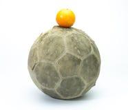 Apelsin över fotboll på bakgrund Royaltyfri Foto