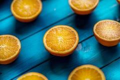 Apelsin Överkant av sikt klippta nya apelsiner på en blå tabell Arkivbilder