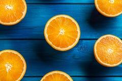Apelsin Överkant av sikt klippta nya apelsiner på en blå tabell Royaltyfri Foto