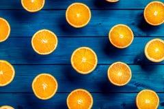 Apelsin Överkant av sikt klippta nya apelsiner på en blå tabell Royaltyfria Foton