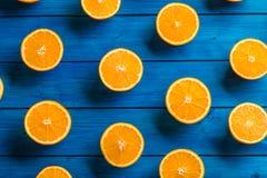 Apelsin Överkant av sikt klippta nya apelsiner på en blå tabell Royaltyfri Fotografi