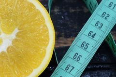 Apelsin en centimeter, een symbool van dieet en het gezonde eten royalty-vrije stock afbeelding