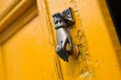 Apelsin för guling för tappning för form för hand för closeup för knopp för dörrknackare gammal arkivfoton