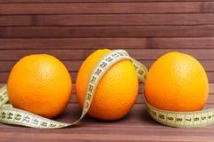 Apelsin för nya frukter som slås in i ett cm Royaltyfri Bild
