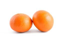 Apelsin för två mandariner som isoleras på vit bakgrund Arkivbilder