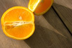 Apelsin, halva av apelsinen, orange lobule och korg med apelsiner på Arkivbild