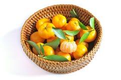 Apelsin i korg Royaltyfria Bilder