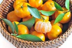 Apelsin i korg Royaltyfria Foton
