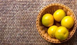 Apelsin i korgen fotografering för bildbyråer