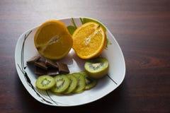 Apelsin kiwi, choklad Arkivbild