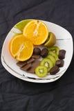 Apelsin kiwi, choklad Arkivfoto
