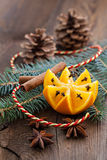Apelsin med kryddnejlikor Arkivbilder