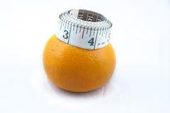 Apelsin med måttbandet på isolerad vit bakgrund royaltyfri foto