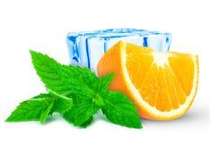 Apelsin med mintkaramellen och is Arkivbild