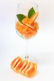 Apelsin med segment i exponeringsglas Royaltyfri Fotografi