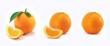 Apelsin med sidor och på vit bakgrund Royaltyfria Foton