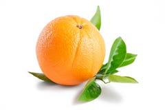 Apelsin med sidor som isoleras på vit bakgrund Royaltyfri Bild