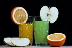 Apelsin mot äpplet. drink. sodavatten. arkivfoto