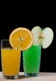 Apelsin mot äpplet. drink. sodavatten. royaltyfria bilder