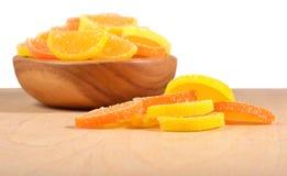 Apelsin- och citrongodisskivor i en bunke Arkivfoto