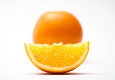 Apelsin och en skiva Royaltyfri Fotografi