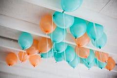 Apelsin- och gräsplanballonger Royaltyfria Bilder